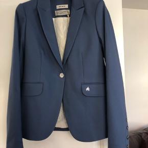 Super flot blazer i støvet blå fra Mos Mosh. Kan købes sammen med bukserne for 500kr (se profil for flere billeder) ☺️