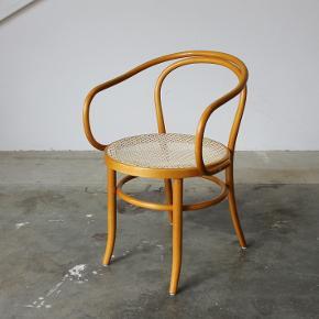Elegant stol i formbøjet træ. Designet af Thonet. Model 209. Produceret på licens af ZPM Radomsko.  Pris 1900,-  Se evt mine andre annoncer for mere dansk design. Levering på strækningen Århus-KBH, samt hele Fyn.  Vintage. Retro.