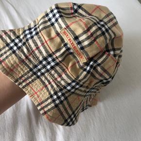 Burberry hat & hue