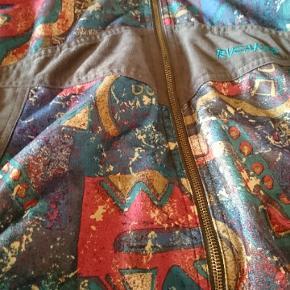 Retro / vintage mønstret jakke 😎🌈  Dejlig blød. Har været brugt oversize .  Se str på billederne .