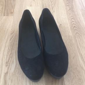 Sælger dette par sko, da jeg ikke længere kan passe dem. Har kun brugt dem en eller to gange. Det er en størrelse 37.  Endelig bare skriv, hvis du har et bud :)