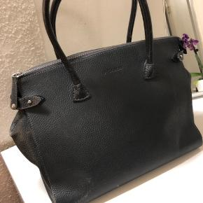 Decadent - Meryl, big shopper i grey  Nypris: 3540kr.  BYD gerne, prisen kan forhandles!  - Brugt en del, så derfor er der synlige tegn på tasken.