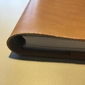 Brand: Bullet journal Varetype: Læder kalender omslag/ travelers notebook/ bullet journal  Størrelse: Mayland  Kernelæder cover til kalender str. Mayland. I stedet kan der indsættes en notesbog, og så har du en fed dagbog eller en travelers notebook.  Enkelt, stilrent, håndlavet og nordisk.  Det fremstilles i hånden og laves ved bestilling. Hvis du har ønske om bestemte mål, så skriv endelig. De kan laves med orange, sorte eller lyse syninger.  Laves i kernelæder, i enten sort eller natur.  Læder er et natur materiale, hvor ikke to stykker er ens og alt er håndlavet, derfor kan de variere i udtryk.  Pris 475kr uden kalender/ bog  Kan afhentes i Aalborg, eller sendes med DAO