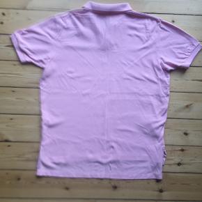 Polo t-shirt, Ralph Lauren, str. XL, Lyserød, 100% bomuld, God men brugt  Ren og pletfri. Ryglængde målt fra nederst på kraven: cirka 79 cm. Bredde målt foran fra ærmegab til ærmegab: cirka 64 cm. Eventuel fragt lægges oveni: 40 kr. med DAO til nærmeste posthus/butik eller 37 via TS