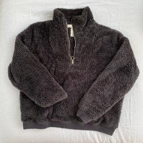 H&M teddybear trøje med lommer foran og lynlås i halsen  Str. 36 men er oversize, så kan passes af større  Brugt en gang og fejler intet  Lavet af polyester og er meget blød