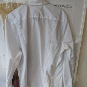 Easy iron skjorte i L fra H&M.   ______ Sælger 3/4 af min garderobe her henover sensommeren. Har masser af klassisk Nike, Levi's, Dr Martens, Adidas, Ralph Lauren mm - men også vintage ting fra rejser såsom, Lacoste, Dior og Lanvin 🤙🏻 Har ikke flere billeder eller mål ✌🏻  Skjorte #8