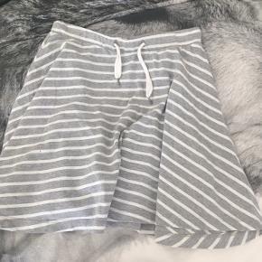 Molo nederdel (piger 11-12 år/146-152) Rigtig god kvalitet og ingen tegn på slid! Ny pris: 299,- Pris: 55,-