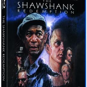 0452  En Verden Udenfor / The Shawshank Redemption - Blu-Ray Dansk Tekst - I Folie   Den unge og fremgangsrige bankmand Any bliver dømt til fængsel på livstid for mordet på sin kone og hendes elsker. I fængslet oplever han en brutal og nedbrydende virkelighed, men også et uventet venskab, der er så stærkt, at det kan få mure til at styrte i grus. Andy begynder skridt for skridt at udtænke en plan, som kan gøre skaden god igen, men den vil kræve masser af tid, tålmodighed og hjælp fra selveste Rita Hayworth.