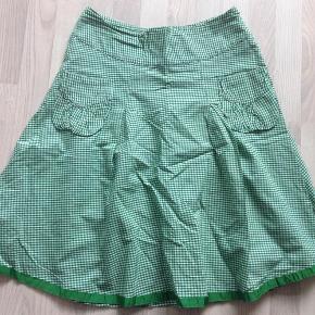 Varetype: Nederdel Farve: Grøn/hvid  Så fin nederdel i A facon med lommer foran. Brugt minimalt  80 pp  Byttet ikke  Handler Mobilepay   Sender med DAO