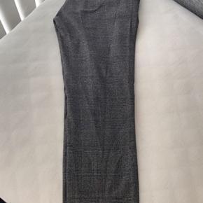 Bukser fra Zara, som kostede omkring de 180. Bukserne er ikke blevet brugt meget, men de var for store, så de er blevet syet lidt ind i taljen og ned til hoften. Så det er nok mere en str xs.  (tryk på billederne for fuld størrelse)