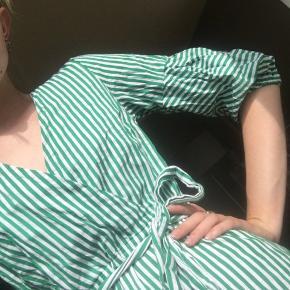 Stribet kjole med bånd i taljen og flæser i bunden