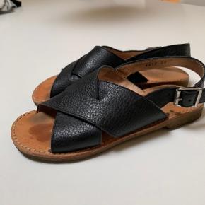 Lidt mærker i bunden af skoen, ses jo ikke når skoen er på, ellers brugt sparsomt og rigtig fin stand