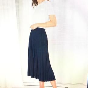 Midi plisseret nederdel fra Other stories. Med hægte i taljen (knap er faldet af, men kan fint bruges uden). Uden elastik. Næsten som ny og meget lidt brugt.