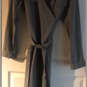 Skønneste slå-om kjole. Knaphuller, men ingen knapper i modellen. Materialet er 71% polyester, 26% viscose, og 3% spandex
