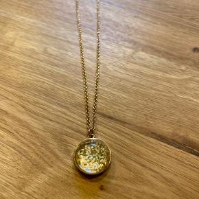 Næsten ny lang justerbar guldfarvet halskæde med tørrede gule evighedsblomster