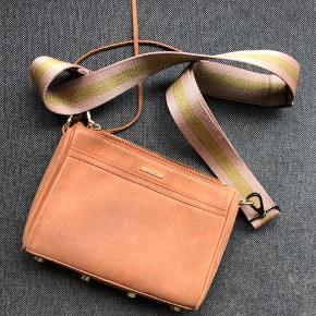 Fin stand! Der er plads til mobil, pung, nøgler og ekstra småting såsom mascara osv.   Den rem som hører med er ikke den originale.