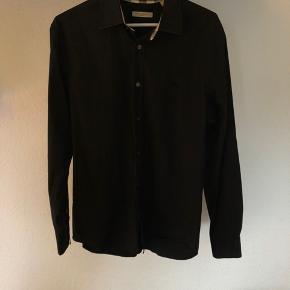 Burberry skjorte, står i en rigtig god stand brugt nogle gange og vasket nogengange men fejler intet og har massere af liv i sig;)