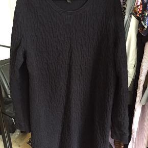 Fin kjole fra Cos. Er ret tyk i stoffet og ideel til efterår/vinter