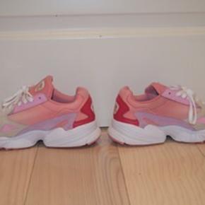 Adidas falcon sko Helt nye sko, sælges fordi de er købt for små. Np. 800kr Skriv pb for flere billeder af skoene.