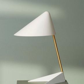 Bordlampe fra Warm Nordic. Fået i gave. Aldrig taget i brug. Np 1999,- Prisen er fast da mærkets produkter ikke kommer på udsalg.