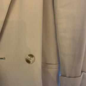 Lys beige blazer i rigtig fin stand - ingen tegn på slid!