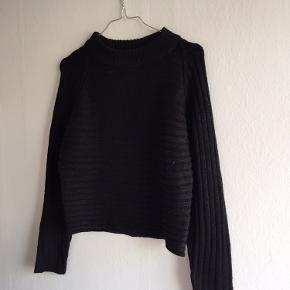 Dejlig, sort sweater. Passer til ethvert outfit, og er skøn at have på. Brugt et par gange