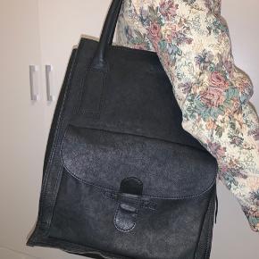 Smuk arbejds/shopper/skole taske fra Adax. 100% blødt læder og kun brugt 1-2 gange. Kan sendes hvis køber betaler for fragt. L: 31 cm. H: 40 cm. D: 13 cm. Nypris 1499 DKK.