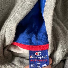 Super fin champion sportssweater  Fejler intet, sælges da jeg ikke får den brugt  Str. 13/14 år XL, men kan sagtens passes af xs/s  Mp: 100 kr. ellers byd