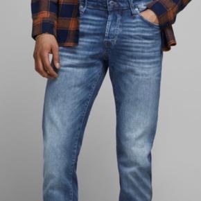 Tror faktisk aldrig de har været i brug. Røgfrit hjem. Str 32/32. Der er lånt et foto fra jack&jones hjemmeside.  Produktbeskrivelse - Slim fit jeans med tapered ben og lav talje - Fem lommer med et moderne look - Super stretchy denim for maksimal komfort - JACK & JONES JEANS INTELLIGENCE  Slim fit Glenn Du kan godt lide looket af skinny jeans, men vil gerne have lidt mere plads til lårene. Det lyder som om, at disse Glenn slim jeans er den perfekte pasform til dig. Og ja, de er også behagelige; denimmen har al den stræk, du har brug for. Vælg den rette størrelse med vores størrelsesguide.  Icon styling Icon er en moderne fortolkning af klassiske jeans med fem lommer. Detaljerne er velkendte, men med et moderne twist. En klassiker, bare lidt mere up-to-date, men uden for meget ståhej.  Super Stretch 50 % Super Stretch er denim, som kan strækkes 1,5 x sin faktiske størrelse. Den høje mængde af stræk gør denimmen behagelig til skin-tight jeans.  Og du behøver ikke at bekymre dig om jeans, som bliver slappe, når du har brugt dem nogle gange. Det specielle stof spundet af en unik blanding af bomuld, polyester og elastan fjerner den bekymring. 92% Bomuld, 8% Elastan Maskinvask ved maks. 40 °C på mildt vaskeprogram Må ikke bleges Tørretumble ved lav temp. Stryges ved middel temp. Kemisk rensning (ikke med trichlorethylen) Hænges til tørre Artikelnummer: 12148275