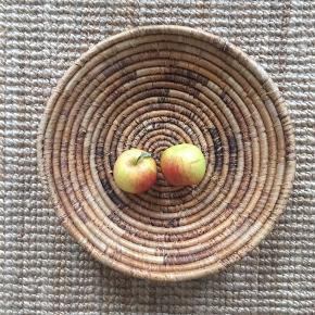 Virkelig fin flettet kurv til fx frugt. Ved køb af flere ting sælges til en samlet (billigere) pris.
