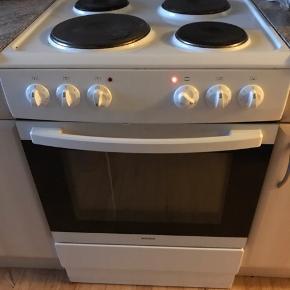 Komfur fra Wasco 6 år gammelt. Der skal ny pære i ovnen samt en rengøring.  2 plader og en rist tilhører, fejler intet, vi har bare købt et andet. Det skal bæres ned fra 2 sal.
