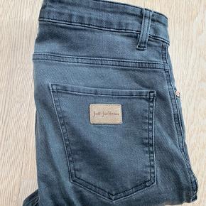 Godt brugte bukser i størrelse 32/32. Fejler intet.