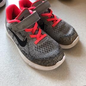 Slid på snude, se billede. Ellers rigtig fine. Lækker Nike free sko til børn