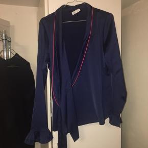 Flot slå om trøje købt i Samsøe Samsøe men fra mærket Denver. Trøjen er aldrig brugt:)