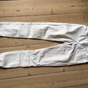 Ankel jeans med frynser Str. SX/ 30  Sendes eller den kan hentes i Århus indtil d 12/8 derefter i Græsted.
