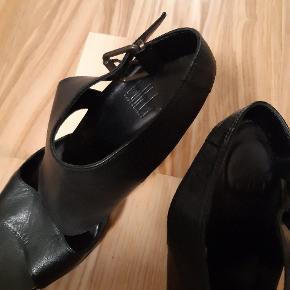 Sorte læder stiletter. Velholdt. Str 39, men passer en str. 38 eller en lille 39