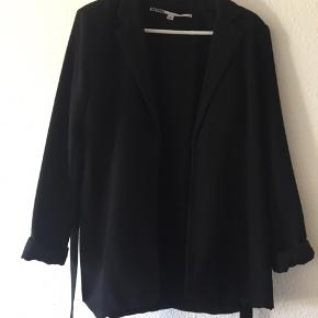 Sort blazer/jakke med bindebånd fra Just Female.  Style: Roz Blazer