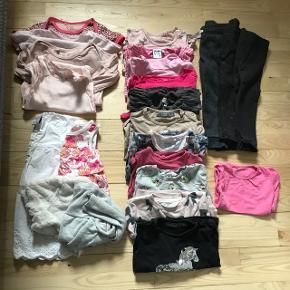 23 dele i stor Tøjpakke str. 92 til pige. Stand svinger mellem gmb til nsn. Alt uden huller og pletter.  - bukser: 3 - t-shirt: 1 - bluser: 11 - bodys: 4 - kjoler: 2 - boleo: 2