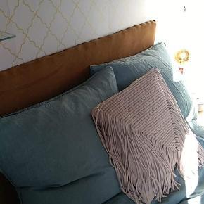 Det lækreste hør sengetøj fra H&M.  2 sæt med pudebetræk.  Brugt ganske få gange, da vi har for meget sengetøj i hør.   Nypris pr sæt 599 kr. Farven fåes ikke længere.   Kan afhentes i Tilst eller sendes på købers regning. Handel via ts er plus ts gebyr oveni prisen.  Hør Sengetøj Sengesæt