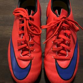Fodboldstøvler, brugt få gange, flot stand, måler indvendigt 23 cm. Mindstepris 100pp.