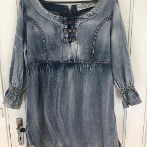 Free Quent Denim kjole str L, blå med fine detaljer, 2 lommer, brugt få gange, pæn stand