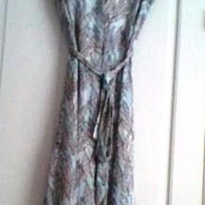 Ny sommerkjole fra H&M str. 38. Ved forsendelse + porto.