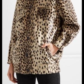 -Leopard-print faux calf hair - 100% acrylic; lining: 100% viscose Fremstår som helt ny  Ny pris 5500kr