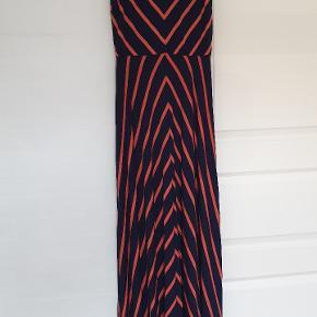 Flot lang kjole, som falder fint. Mønstret gør meget godt for figuren😉  Bytter ikke.