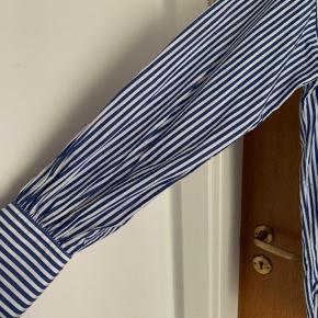Smukkeste skjorte med lidt ballon ærmer med rynkeeffekt. Str. 6. (Ca 38) Købt i Pier1 i Skagen. Bud fra 450pp
