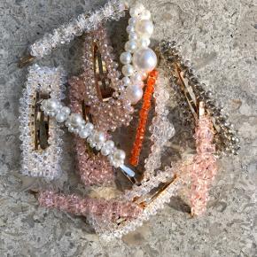 Fine hårspænder med perler og krystal perler. Hvid, lyserød, orange, champagne og grå. Nogle er knækspænder og nogle er clips.  Aldrig brugt!  1 stk 30kr  Porto er 10kr, hvis de skal sendes :)