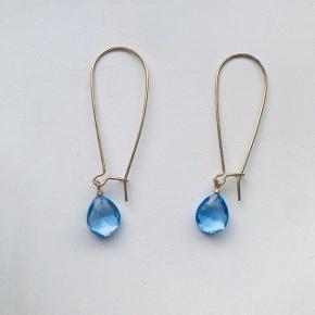 Super smukke øreringe 💖💗 i guld med en blå sten 😍 Kan sendes for 10kr med postnord 🎁
