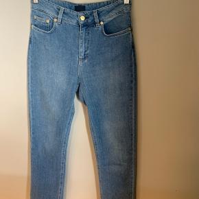 Brand: Filippa K  Stylenavn: Stella Washed Jeans  Materiale: 95% bomuld. 4% polyester og 1% elastan  Str: 28  OBS: Prisen er fast og jeg bytter ikke!