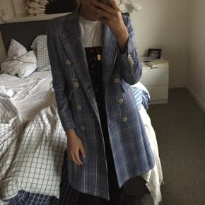 Sælger denne overdrevet fede coat fra Mango i en xs. Np: 2500kr. Mp: 700kr.  Byd endelig