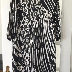 Kjolen fremstår meget flot - har været på omkring 5 gange, men den er gået i syningen ved det ene ærme.